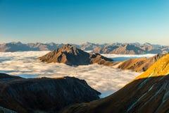 Chmurnieje denny unosić się w wysokogórskiej dolinie w wschód słońca w jesieni, Grossglockner teren, Tyrol, Austria fotografia royalty free