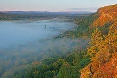 chmurnieje jezioro zdjęcia stock