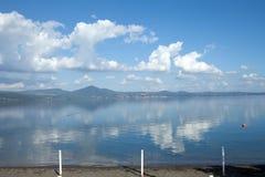 chmurnieje jezioro odbijającego obrazy royalty free