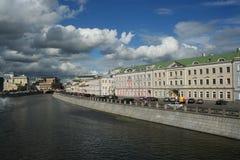 chmurnieje Moscow nad rzeką Obraz Royalty Free