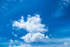 Chmurnieje na niebieskiego nieba tle w jaskrawym pogodnym letnim dniu klimat obraz stock