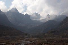 chmurnieje nad skalistym himalaje góry Nepal Obrazy Stock
