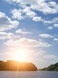 chmurnieje niebo rzecznego wschód słońca Fotografia Stock