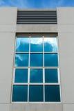 Chmurnieje odbicie na biurowym nadokiennym budynku Obraz Stock