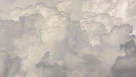 Chmurnieje t?o cumulonimbusu chmury formacje zdjęcie stock