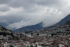 Chmurnieje tocznego puszek góra na Quito, Ekwador obraz royalty free