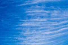 Chmurnieje warstwy vertical na niebieskiego nieba baclground wiele Fotografia Stock