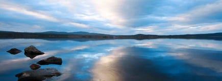 chmurnieje zimnego jezioro Zdjęcie Stock