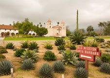 Chmurny burzowy dzień przy Santa Barbara misją fotografia stock