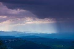 Chmurny dżdżysty niebo nad halną doliną zdjęcie royalty free