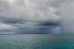 Chmurny dżdżysty niebo nad wielki ocean Zdjęcie Royalty Free
