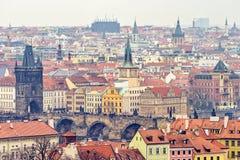 Chmurny dnia widok z lotu ptaka glinianego garnka dachy Praga fotografia stock