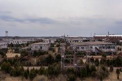 Chmurny dzień z budynkami w Odległym tle Indiana - Zaniechanego Indiana wojska Amunicyjna zajezdnia - obraz stock