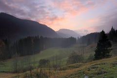 Chmurny jesień krajobraz przy zmierzchem zdjęcie royalty free