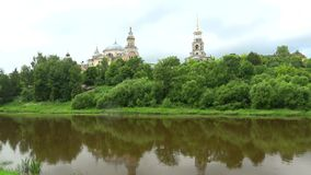 Chmurny Lipa dzień na Tvertsa rzece Torzhok, Tver region zbiory