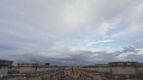 Chmurny na dachowym wierzchołku obrazy stock