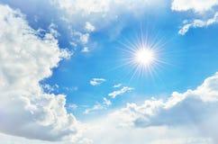 Chmurny niebo i słońce z promieniami Obraz Royalty Free