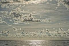 Chmurny niebo na turkusowym tropikalnym raju morzu Zdjęcia Stock