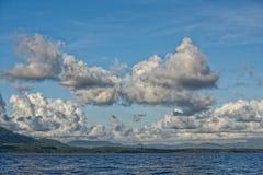Chmurny niebo na turkusowym tropikalnym raju morzu Obraz Royalty Free
