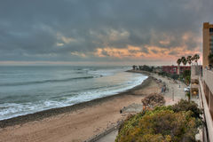 Chmurny niebo nad betonowym boardwalk Fotografia Royalty Free