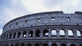 Chmurny niebo nad Colosseum, time lapse zbiory wideo