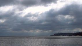 Chmurny niebo nad dennego wybrzeża upływ zbiory