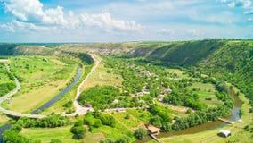 Chmurny niebo nad doliną Z rzeką zbiory wideo