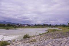 Chmurny niebo nad Japońską rzeką Obrazy Royalty Free