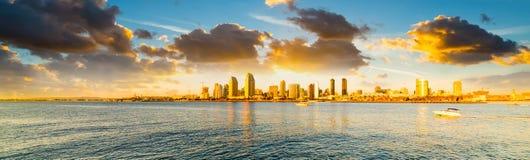 Chmurny niebo nad w centrum San Diego przy zmierzchem zdjęcia stock
