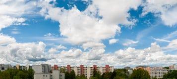 Chmurny niebo w Monachium, Neuperlach - zdjęcie royalty free