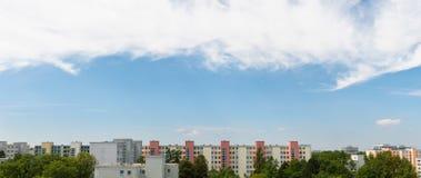 Chmurny niebo w Monachium, Neuperlach panoramie - Fotografia Stock