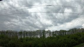 Chmurny niebo w ruchu, widok od taborowego okno, chmurzy dzie? zbiory