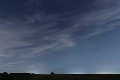 Chmurny nocne niebo z gwiazdami Nocy tło pozyskiwania ilustracyjny błyskawica nocne niebo Zdjęcia Royalty Free