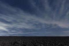 Chmurny nocne niebo z gwiazdami Nocy tło pozyskiwania ilustracyjny błyskawica nocne niebo Fotografia Stock