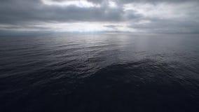 Chmurny popielaty niebo nad b??kitna powierzchnia morze zbiory