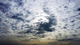 Chmurny przed zmierzchu niebem Zdjęcia Stock