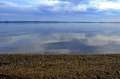 Chmurny ranek przy jeziorem Zdjęcia Royalty Free
