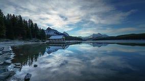 Chmurny ranek w Maligne jeziorze, Jaspisowy park narodowy alberta Kanady zdjęcie royalty free