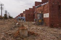 Chmurny widok Wypłacalni wyzdrowienie budynki Indiana - Zaniechanego Indiana wojska Amunicyjna zajezdnia - obraz stock