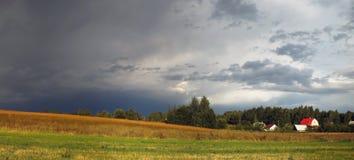 Chmurny wiejski krajobraz Zdjęcia Stock
