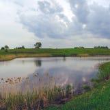Chmurny wiosna krajobraz z rzeką fotografia stock