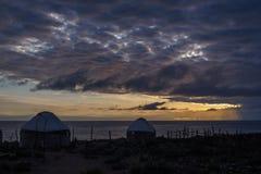 Chmurny wschód słońca nad halnym jeziornym Issyk-Kul, jurta fechtująca się zaleca się Zdjęcia Stock