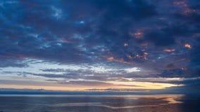 Chmurny wschód słońca nad halnym jeziornym Issyk-Kul, nakrywający mou Fotografia Stock