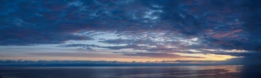 Chmurny wschód słońca nad halnym jeziornym Issyk-Kul, nakrywający mou Zdjęcie Stock