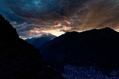 Chmurny wschód słońca od Emerytalnej szarotki z słońca światłem łama nad górami zdjęcia royalty free