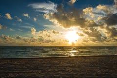 Chmurny wschód słońca przy Miami plażą zdjęcia royalty free