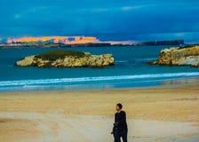 Chmurny zmierzch nad Peniche, Portugalia, oglądający od Baleal południe Wyrzucać na brzeg Obrazy Royalty Free
