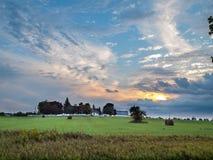 Chmurny zmierzch Nad Wiejskim gospodarstwo rolne domem Zdjęcia Stock