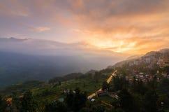 Chmurny zmierzch w Sapa miasteczku Fotografia Stock