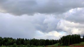 Chmury biegać przez niebieskie niebo Czasu up?yw Pod rzecznymi przepływami i lasem r zbiory